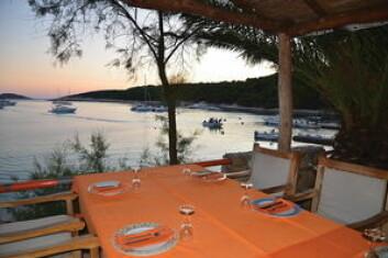 Det finnes en rekke flotte naturhavner rundt Sveti Klement hvor man kan ligge på svai. Flere steder er det enkle restaurater