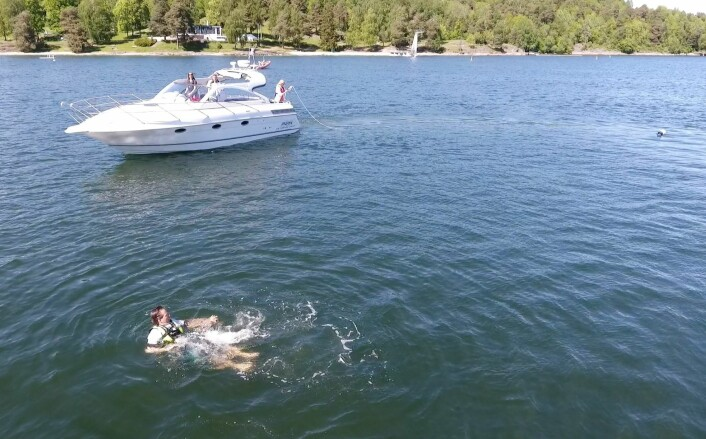 SIRKEL: Heng et langt tau med en feder, og kjør sirkel rundt i personen i vannet.