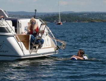 LEIDER: Dra personen inn mot båten, og fell ut badeleideren.