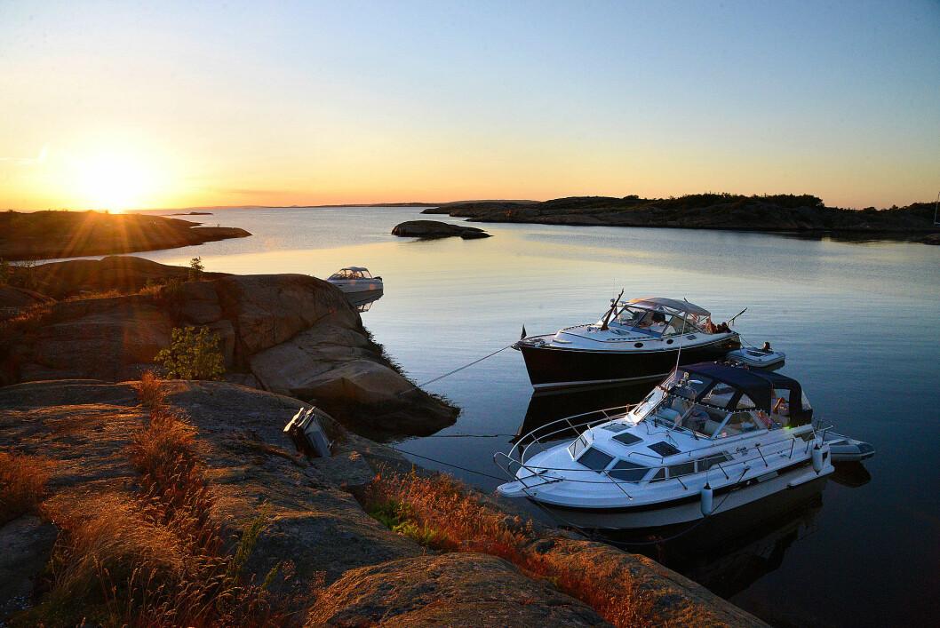 SOMMER: Drømmen er å ligge i en naturhavn som Fredagshølet med ankeret i hekken og baugen inn mot land.