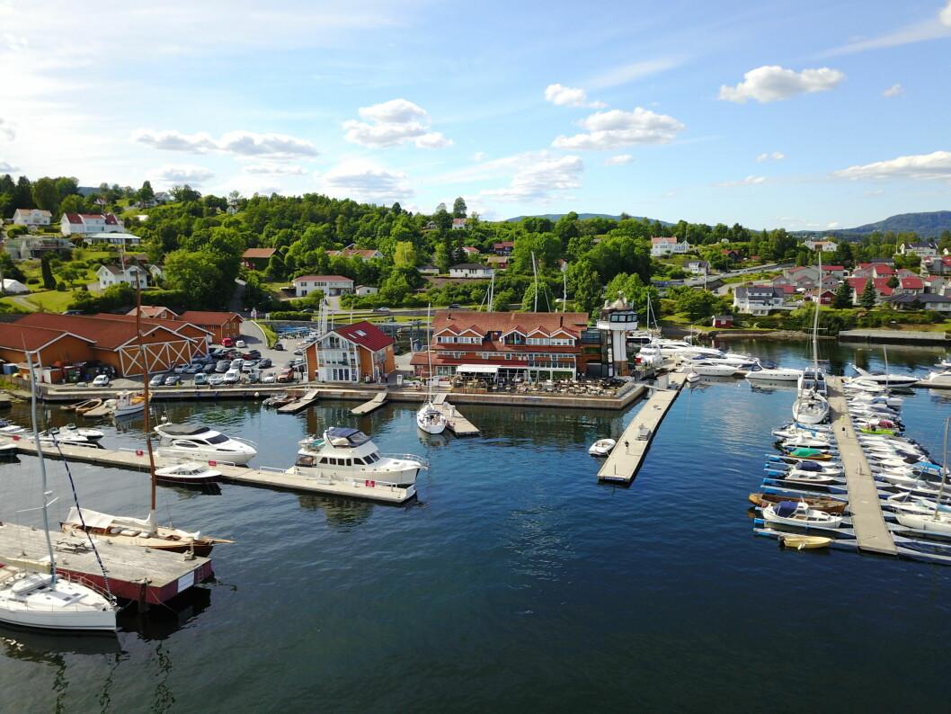 KOMPLETT: Vollen Marina har alle fasiliteter. På området finnes båtplasser, gjestehavn, båtleverandører, båt- og motorservice, bensinstasjon og kiosk med maritime klær og båtrekvisita og Vito´s bryggerestaurant.
