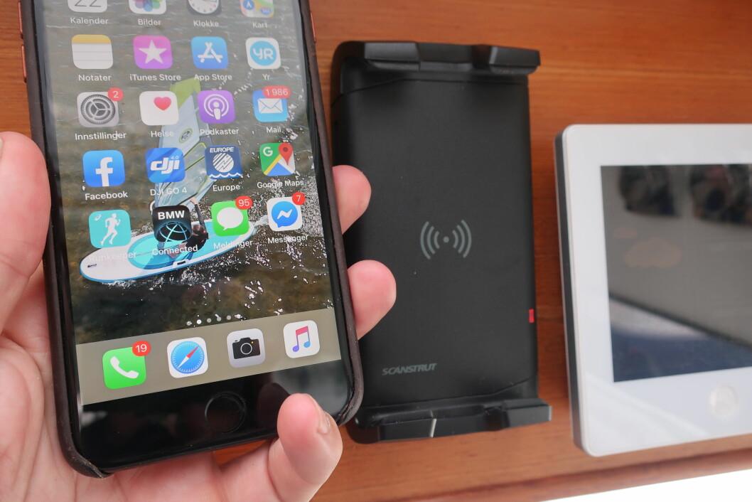 LADER: Seatronic har en holder, som samtidig lader mobilen via induksjon. Produktet er utviklet for båt.