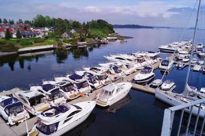 BRYGGER: Mange store båter langs bryggene til Vollen Marina.