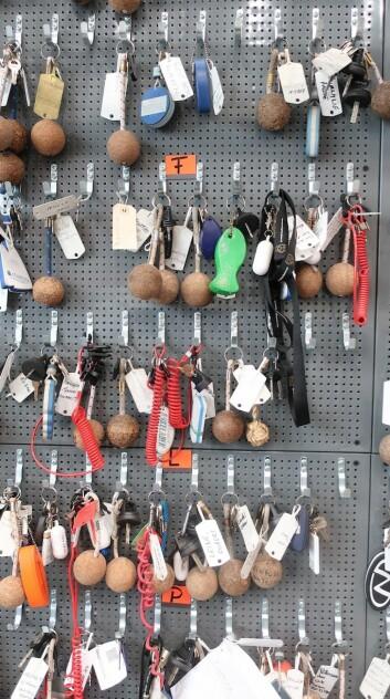 SESONG: Kundenøklene starter å fylles opp i skapet.