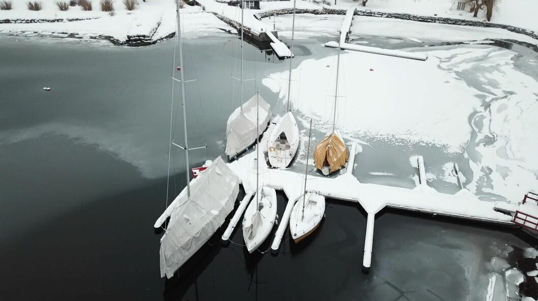 BESKYTTELSE: Presenning skal beskytte båten mot snø og vind. Et godt stativ er nødvendig for at presenningen skal ha ett stabilt underlag.