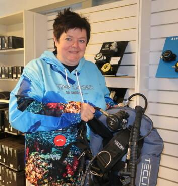 DYKKING: Heidemarie Nordahl har dykkeutstyr som egner seg om bord i båt. Hun tilbyr også kurs.