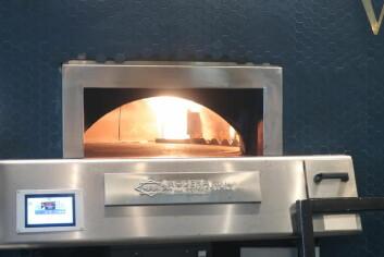 PIZZA: VIto's serverer pizza stekt i steinovn.