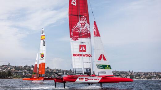 Rasmus Køstner styrer foilene på dansk båt i SailGP