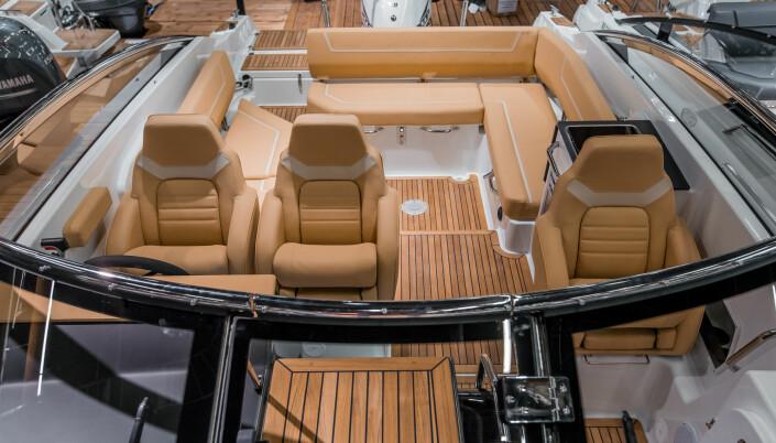 MYE PLASS: Om bord i båten er det plass til ti personer.