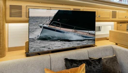 KOMFORT: En 50' TV er montert på en heis i salongen.
