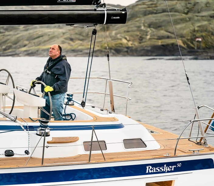 FORNØYD: Magnus Rassy til rors i verftets nye 50-foter.