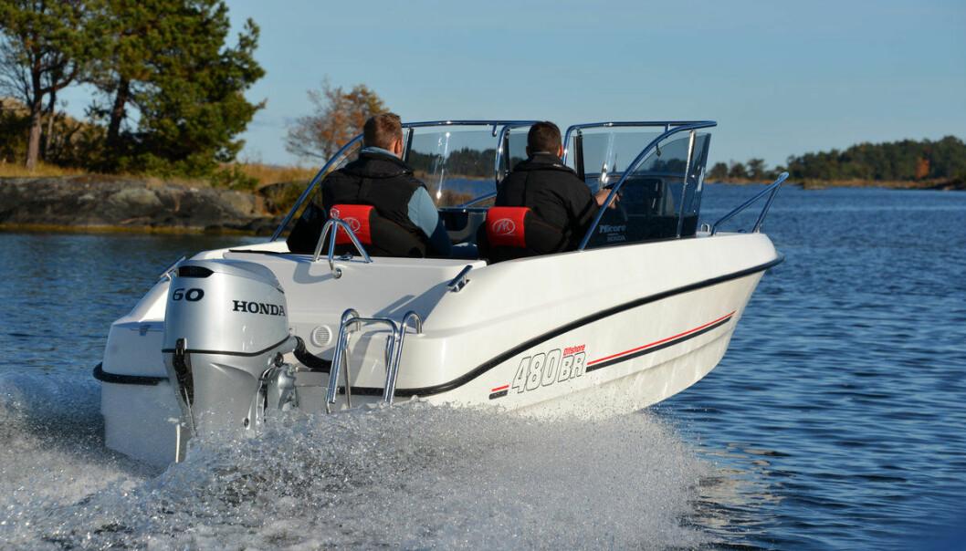 BESKYTTET: I Micore 400 BR Offshore sitter man virkelig godt beskyttet bak vindskjermen.