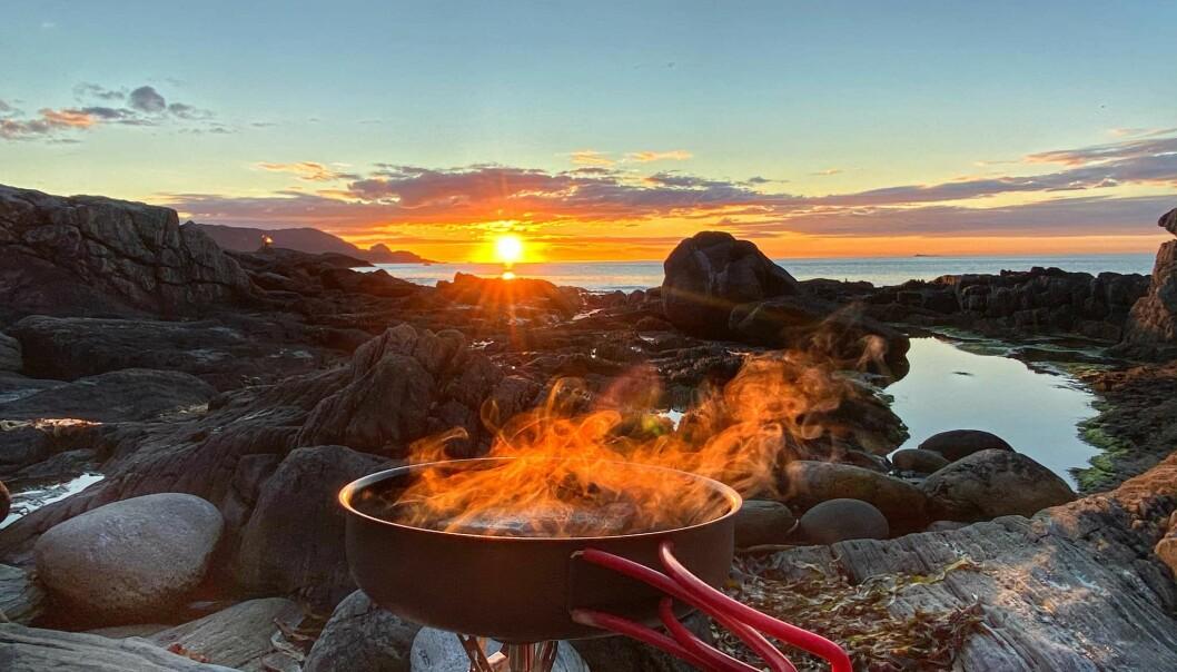UFORGLEMMELIG IDYLL: Et måltid smaker sjeldent så godt som i friluft og med verdens beste utsikt. Foto; Gard Warholm.