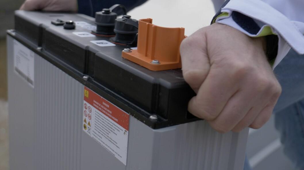 LETT: Batteriet veier ikke mer enn 20 kilo og kan lett tas med hjem for lading.